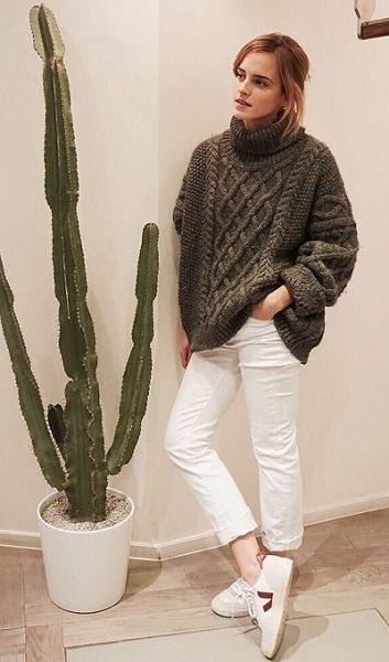 Эмма Уотсон в повседневной одежде - белых джинсах и свитере