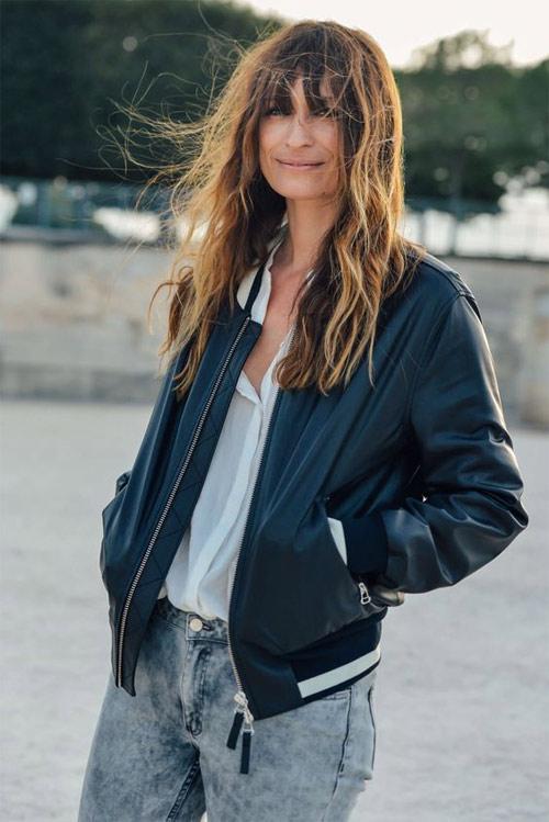 Каролин де Мегре в белой блузке, куртке-бомбере оверсайз и джинсах