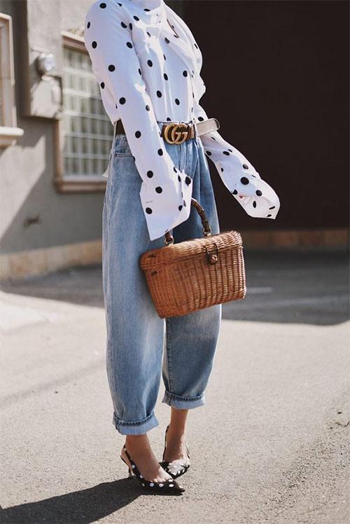 Белая блузка в горох в сочетании с джинсами