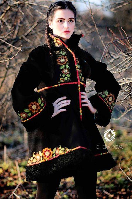 Черное пальто в украинском национальном стиле от Любы Черниковой