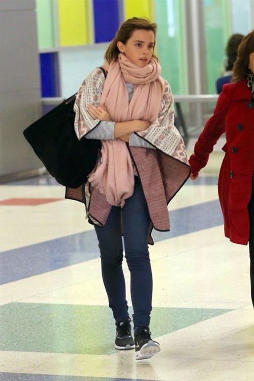 Уличный стиль Эммы Уотсон: джинсы и пончо