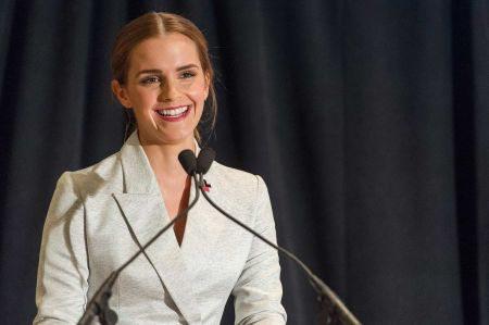Эмма Уотсон в деловом костюме