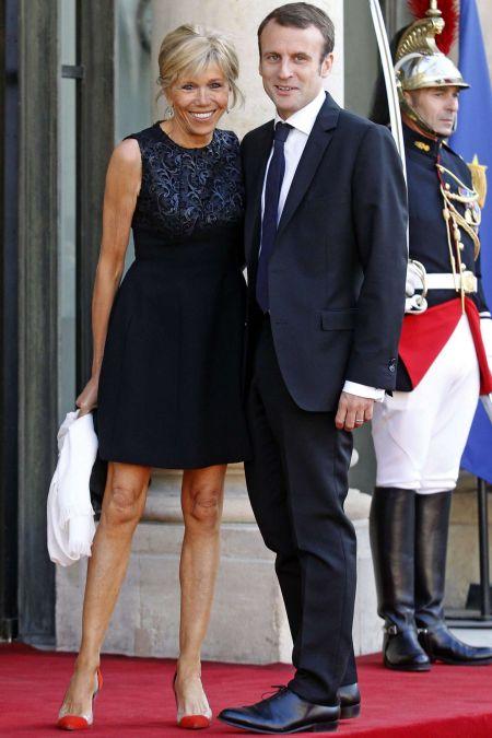 Маленькое черное платье и яркий акцент в виде красных туфель
