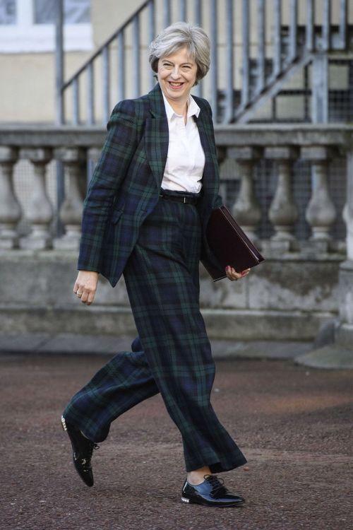 На Терезе Мэй клетчатый деловой костюм от Вивьен Вествуд