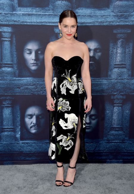 Эмилия Кларк в платье без бретелей и глубоким разрезом по ноге