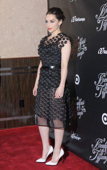 Эмилия Кларк в черном полупрозрачном платье - смелый выбор