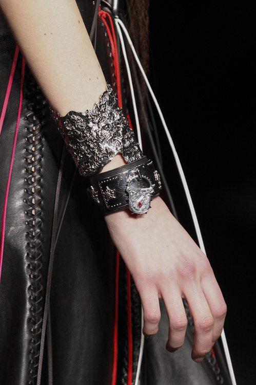 Брутальные браслеты от Alexander McQueen