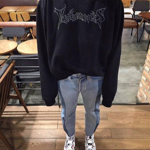 Мужские джинсы, кроссовки и свитшот от Ветементс