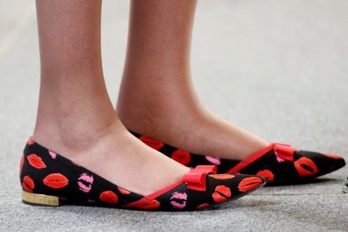 Первое время фотографы охотились за удачными фотографиями именно обуви Мэй