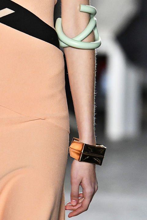 Proenza Schouler предлагает использовать разные по стилистике браслеты