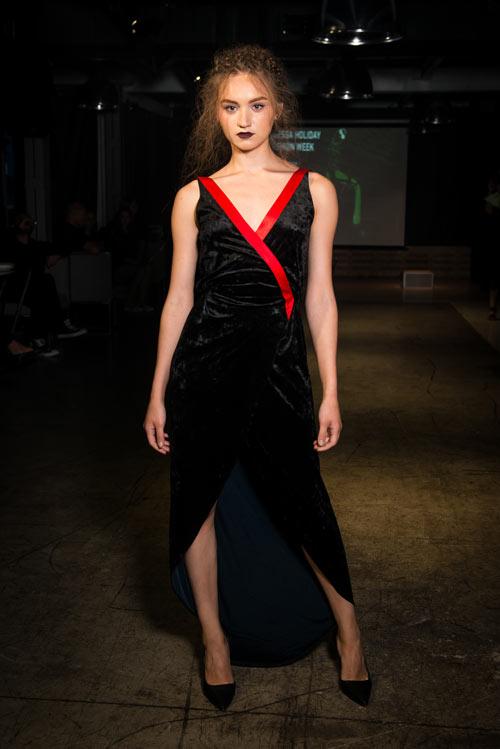 Модель в бархатном платье