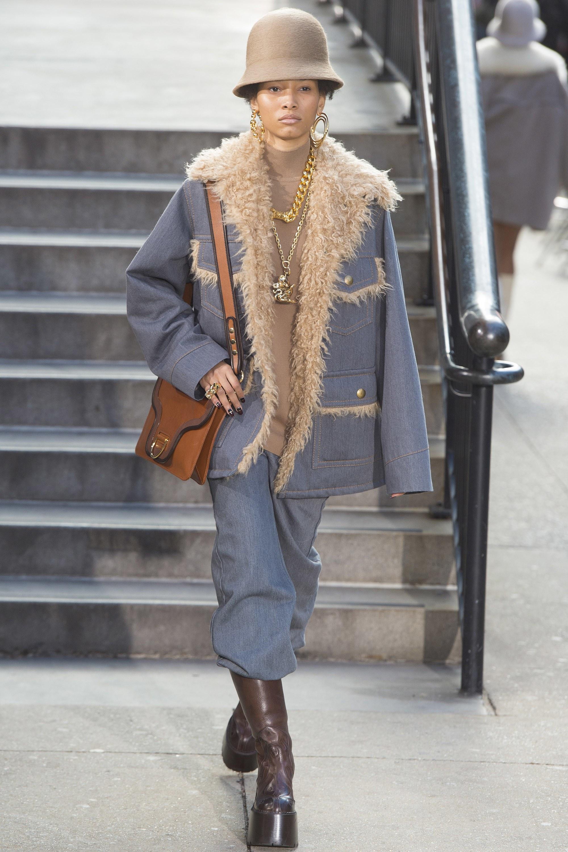 Широкие джинсы, которые можно и нужно заправлять в сапоги в сочетании с курткой на меху Marc Jacobs осень-зима 2017-2018