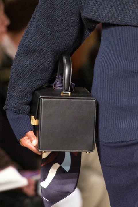 Черная сумка прямоугольной формы от Victoria Beckham осень-зима 2017-2018