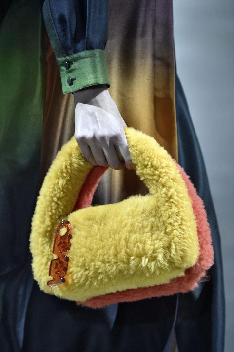 Сумка из искусственного меха из осенне-зимней коллекции Kenzo 2017-2018