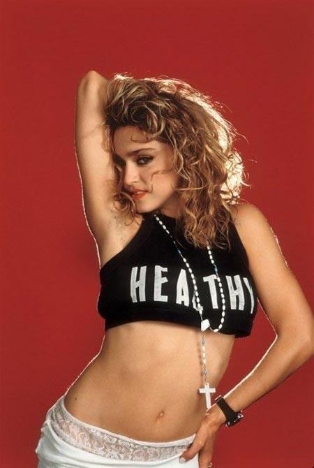 Мадонна в очень укороченном топе. 80-е