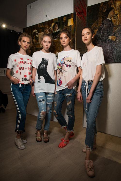 Молодые девушки в джинсах