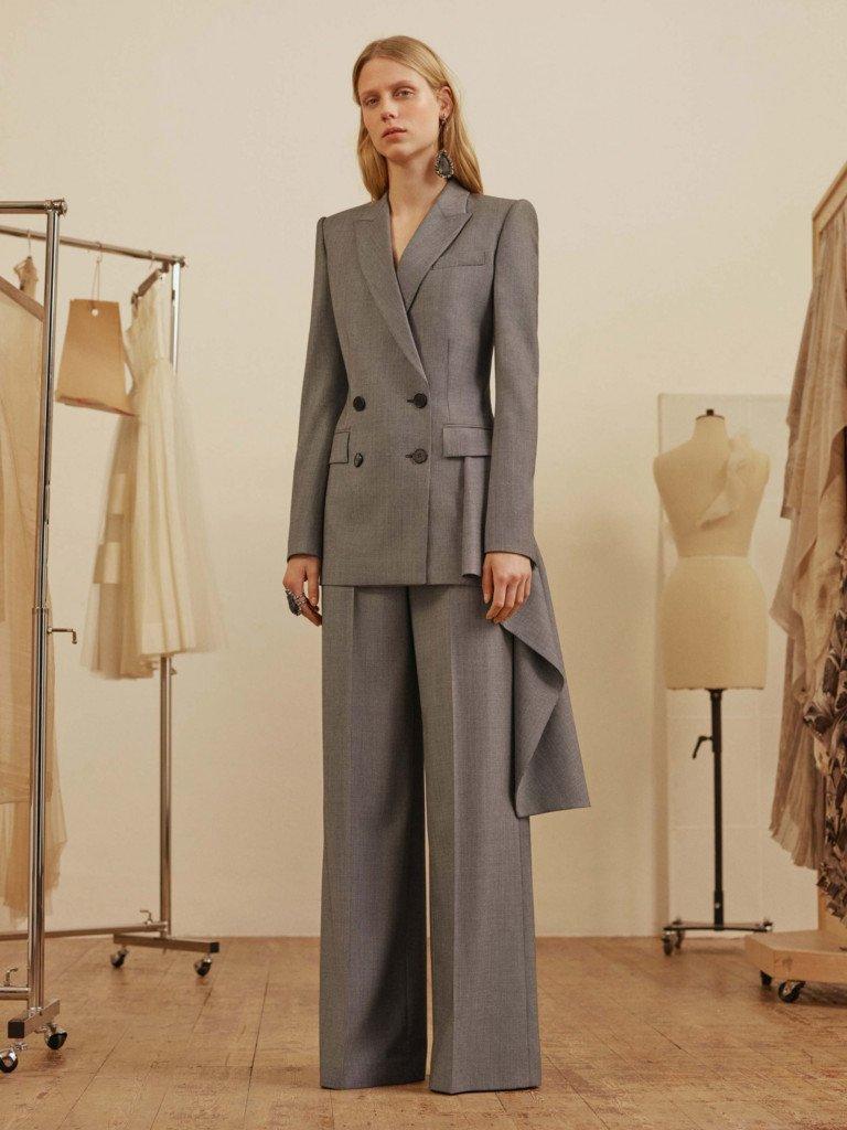 Бренд Alexander McQueen предлагает разнообразить деловой костюм