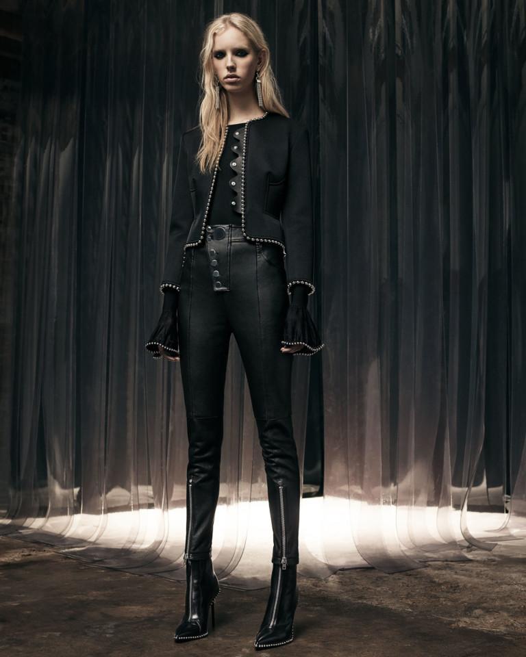 Узкие брюки и блузка с рукавами-воланами от Alexander Wang также может стать основой для адаптированного пиратского костюма