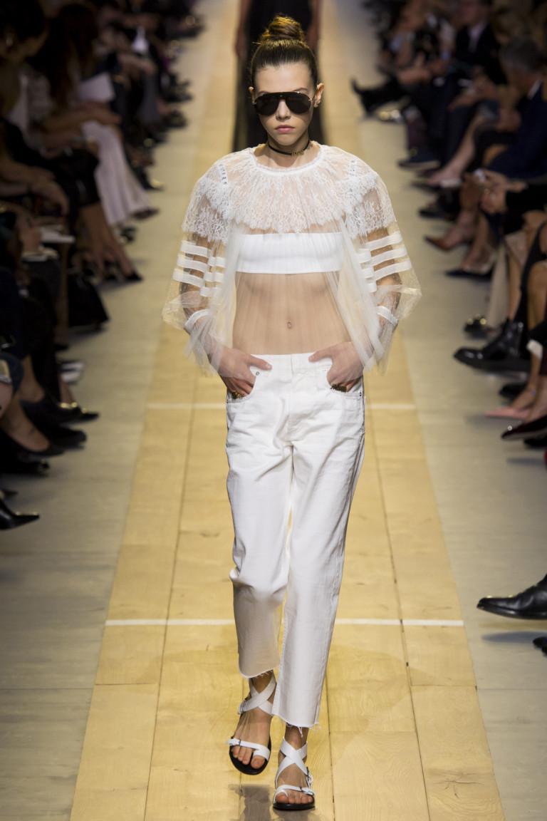 Белые босоножки, белые джинсы и белая блуза. Коллекция Christian Dior