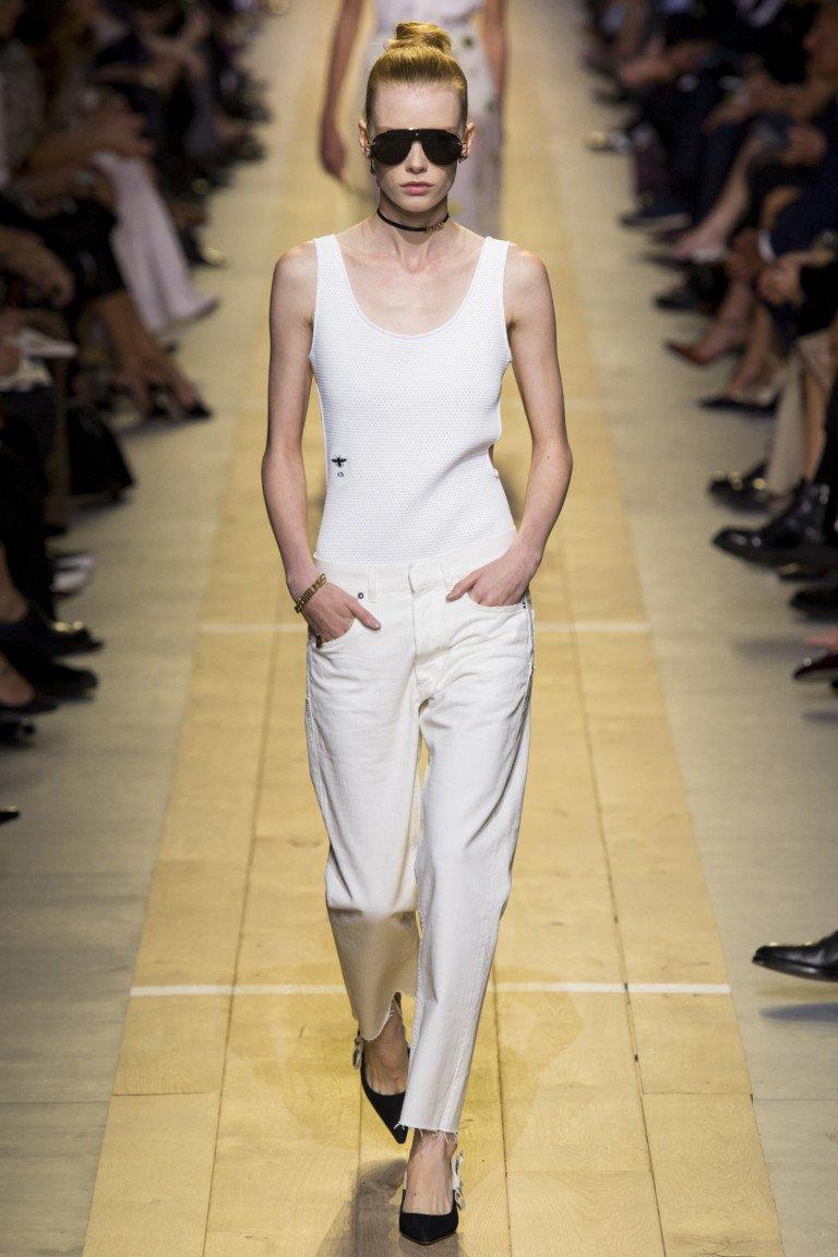 Белые джинсы и майка. Просто и со вкусом от Christian Dior