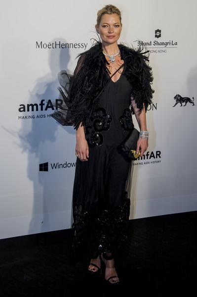Кейт Мосс в черном платье и накидкой из перьев