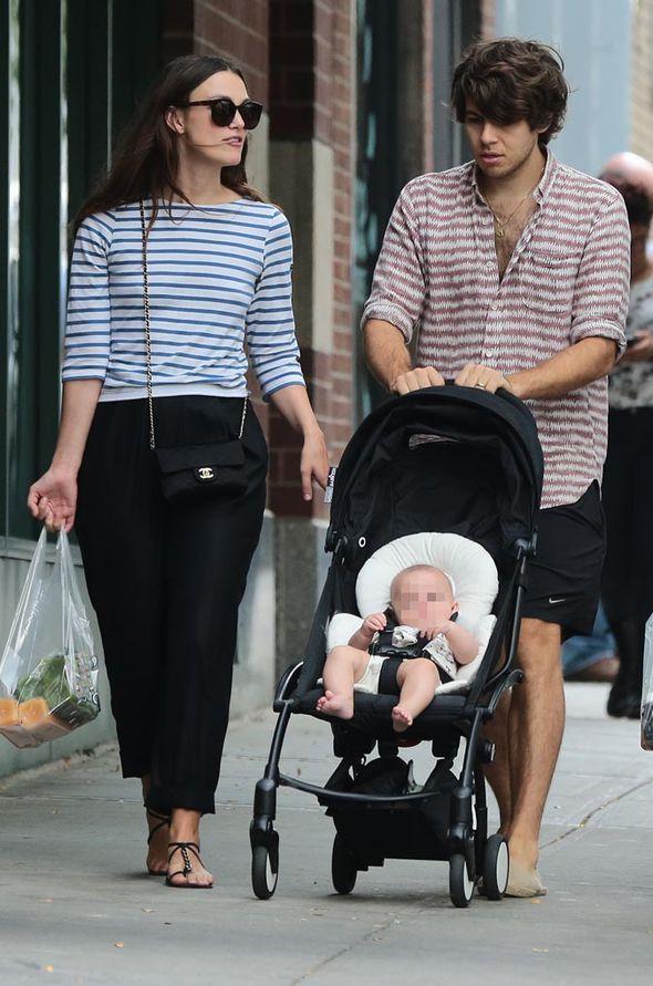 Кира Найтли с мужем Джеймсом Райтоном и дочерью Эди