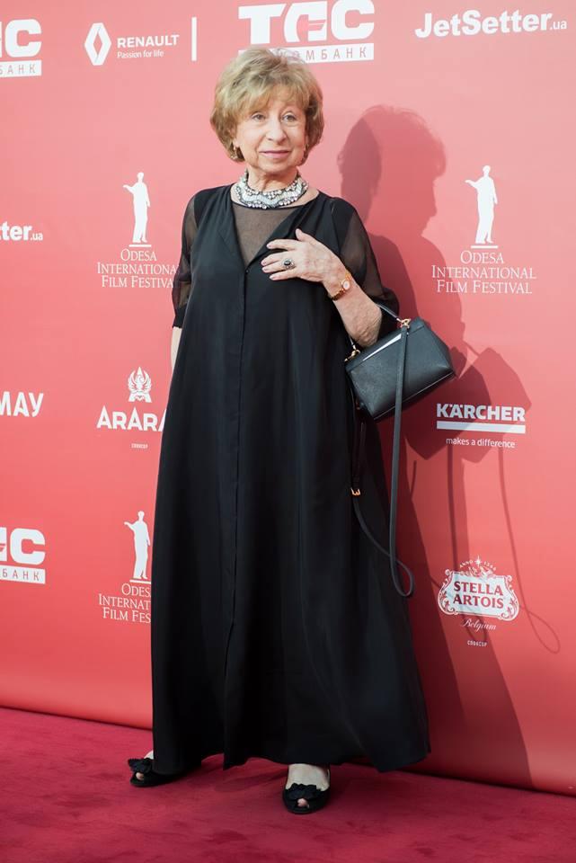 Лия Ахеджакова пришла на закрытие ОМКФ в черном платье