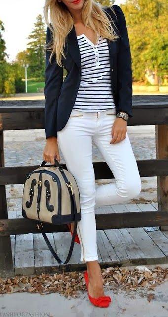 Белые джинсы с полосатой футболкой