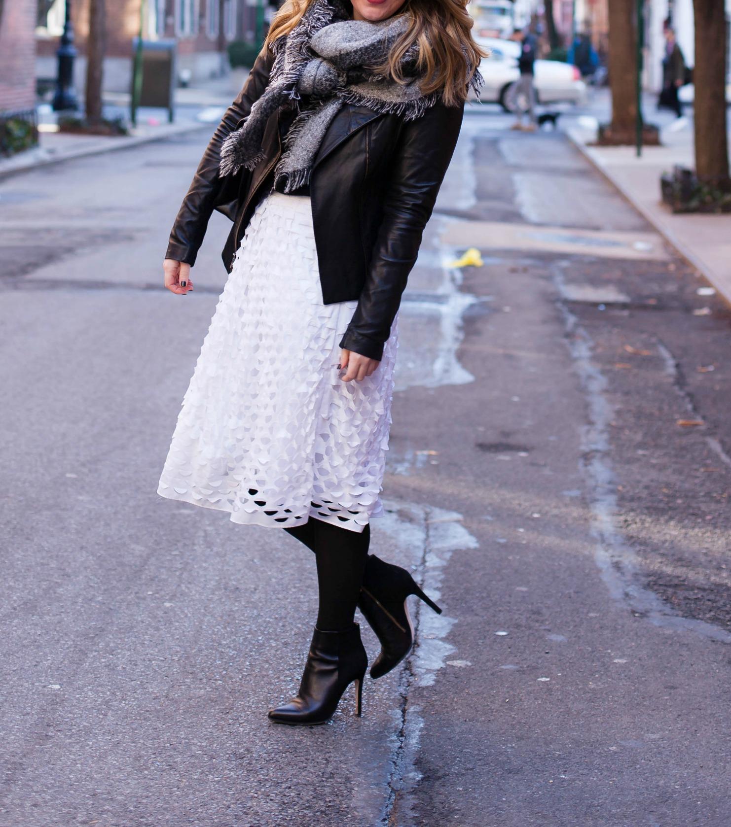 Вариант как носить белую юбку зимой