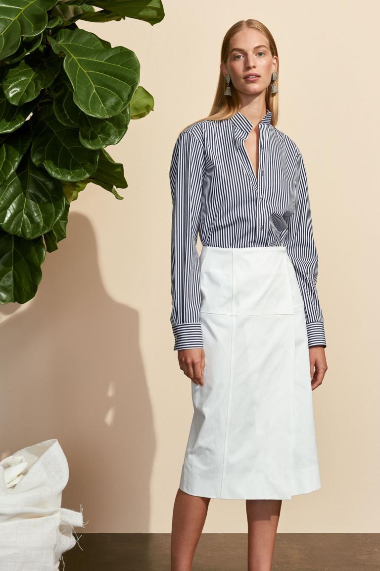 Трапециевидная белая юбка и рубашка в полоску. Коллекция Protagonist