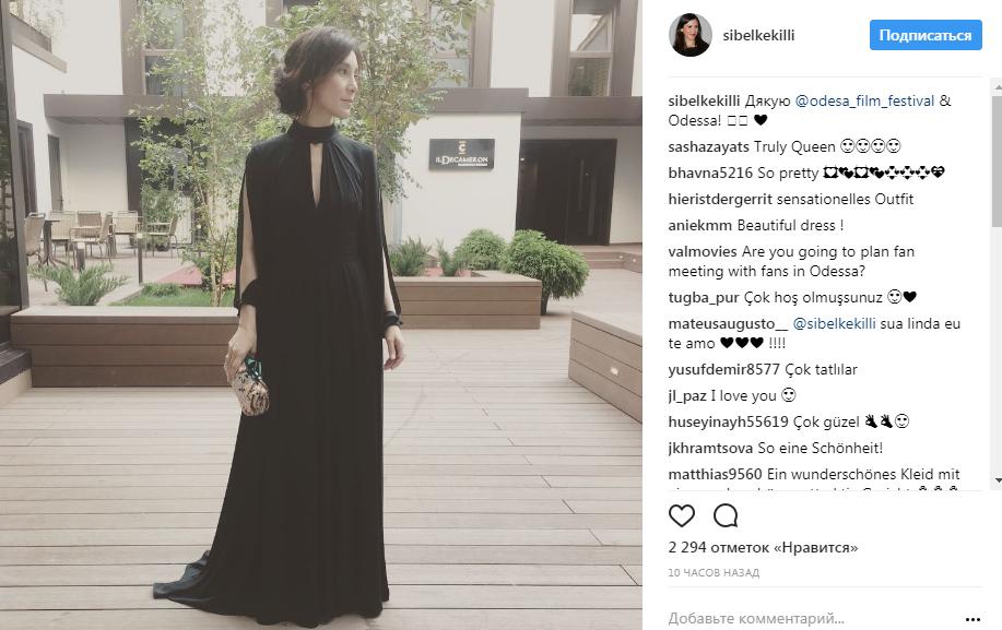 """Актриса """"Игры престолов"""" Сибель Кекилли выбрала черное платье в пол"""