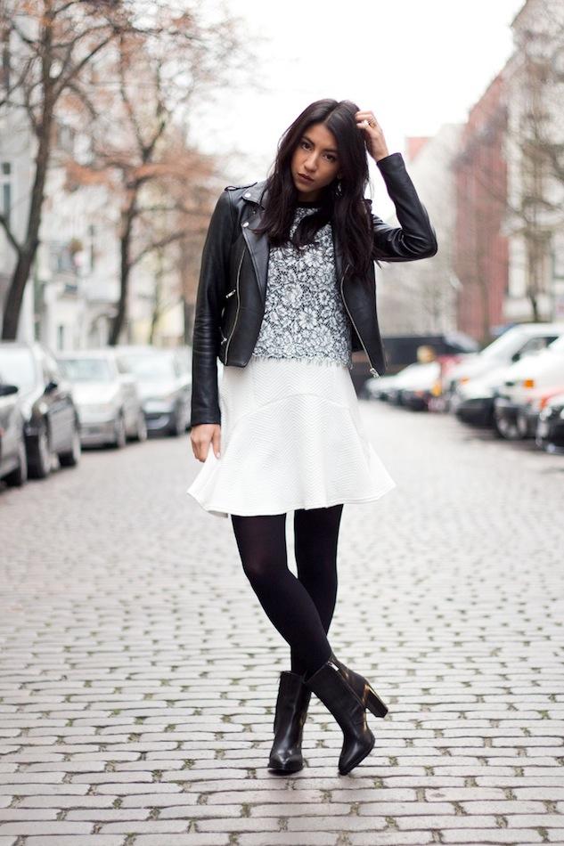 Белая юбка, черные колготы и короткая куртка - вариант для теплой зимы