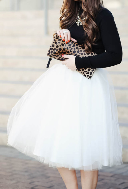Белая юбка дает основу для создания яркого образа