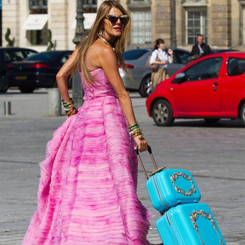 Анна Делло Руссо с чемоданом, выпущенным ею для бренда H&M