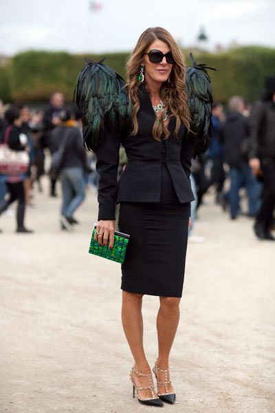 Анна в черном костюме