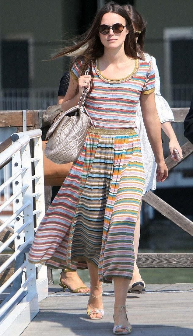 Кира Найтли выбрала полосатую юбку и блузку для посещения Венеции