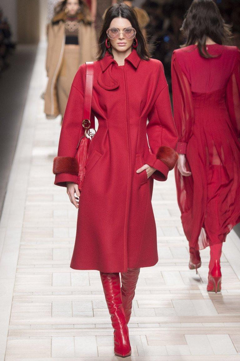 Красный плащ от Fendi, коллекция осень-зима 2017-2018