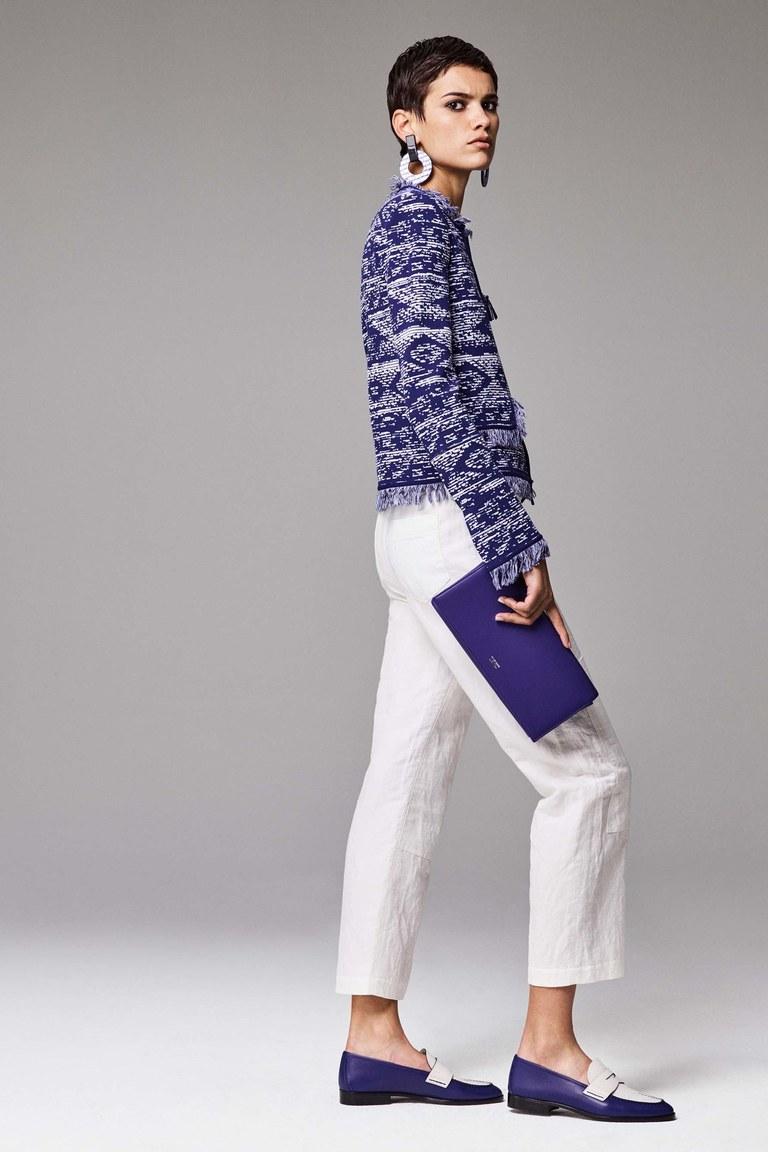 Белые джинсы идеально сочетаются с голубым цветом. Коллекция Giorgio Armani