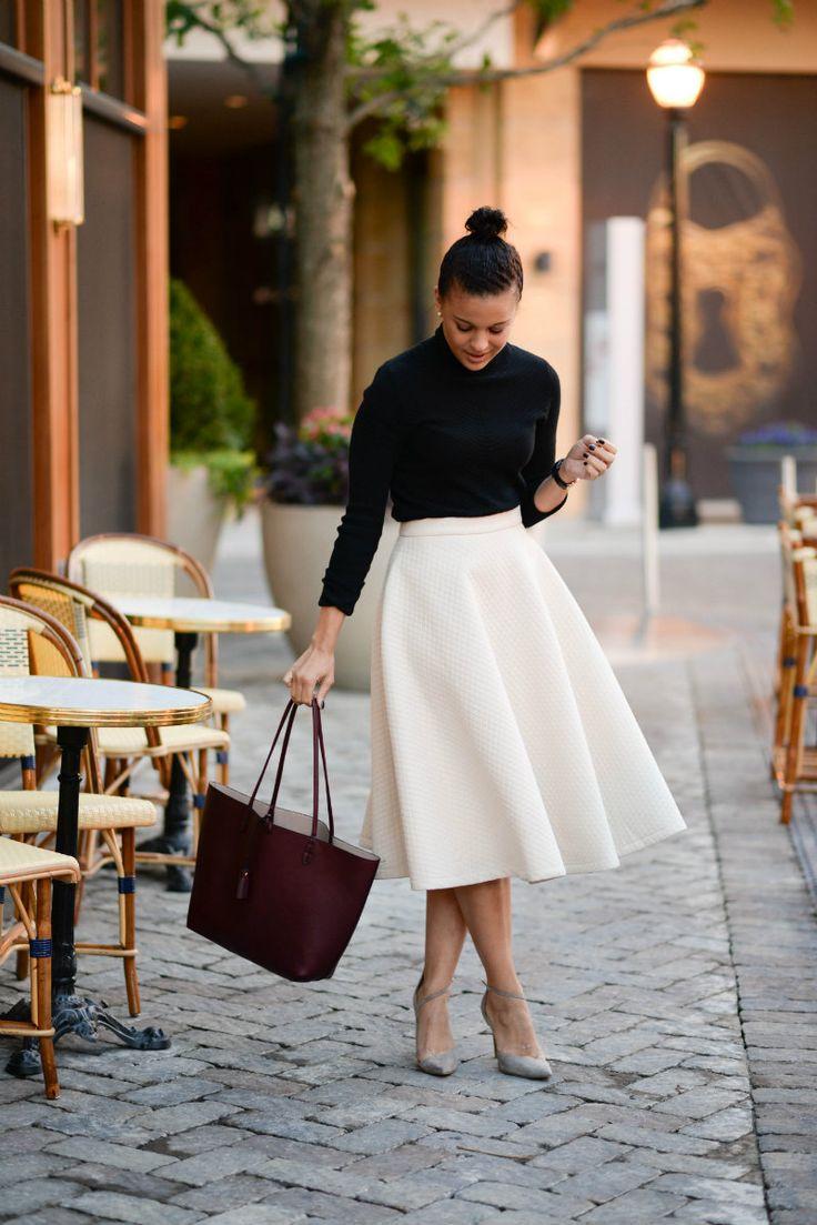 Белая юбка-солнце и черная водолазка