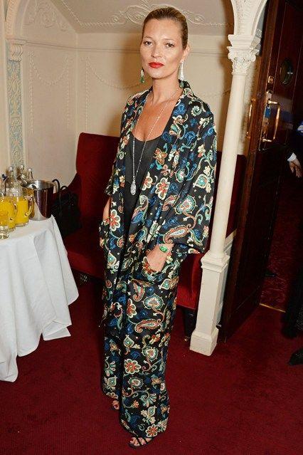 Кейт Мосс в модном сегодня костюме в пижамном стиле