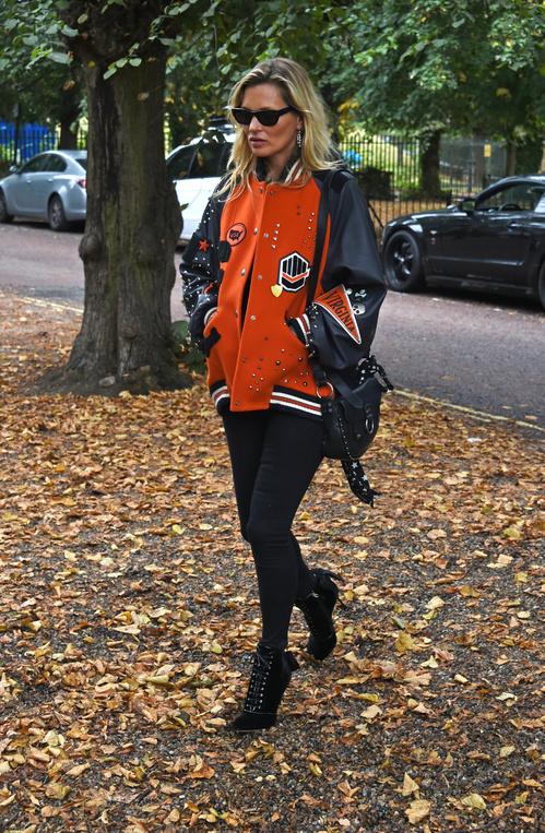Узкие черные штаны, яркий бомбер и ботинки на каблуке - стиль Кейт Мосс