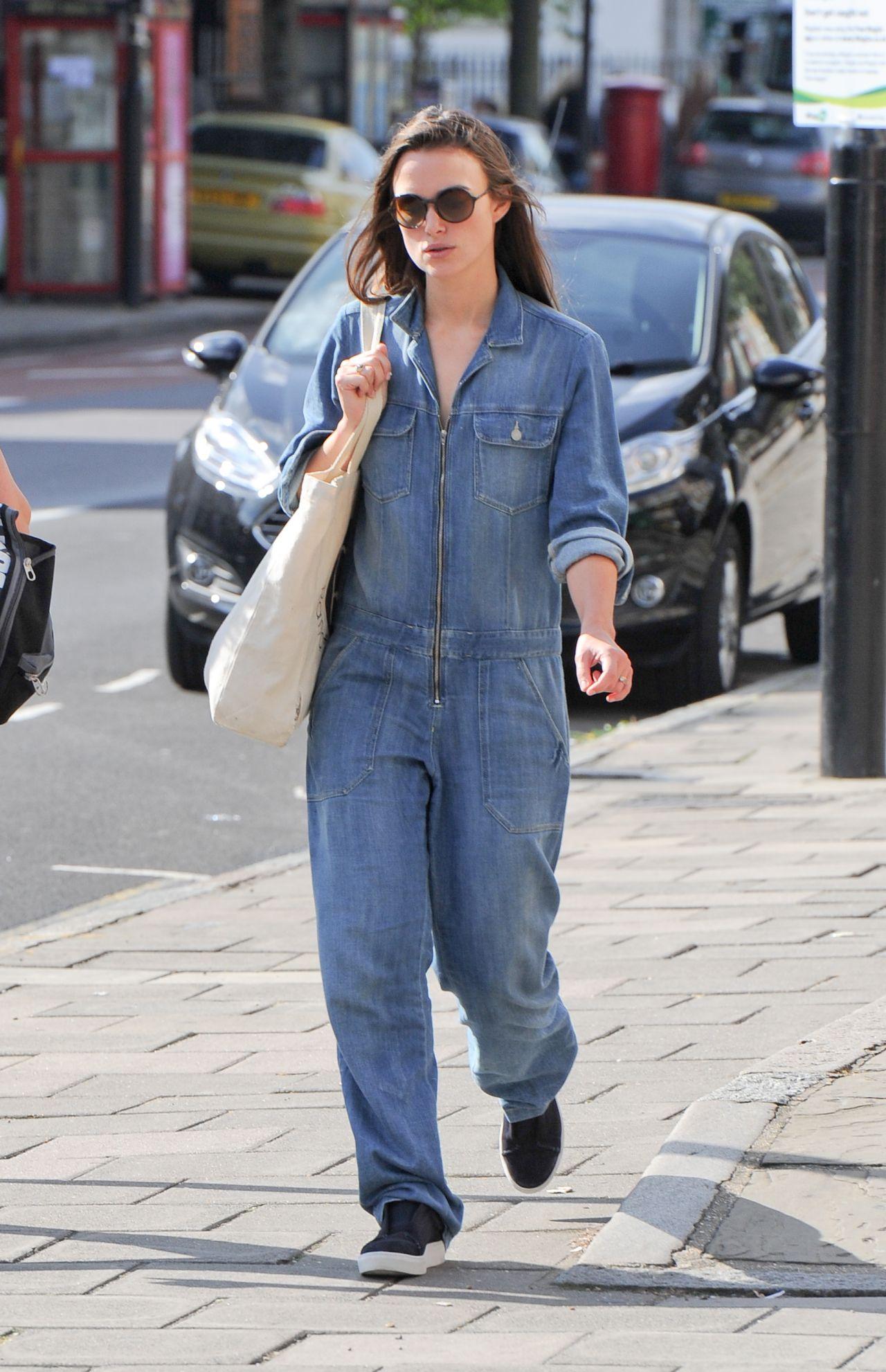 Актриса Кира Найтли в джинсовом комбинезоне в 2016 году