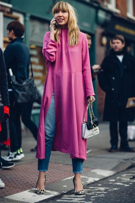Джинсы и платье цвета розовой фуксии