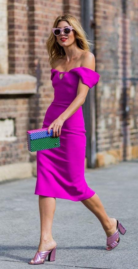 Девушка в платье цвета фуксии с открытыми плечами