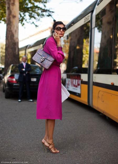 Джованна Батталья в платье-рбашке цвета фуксии