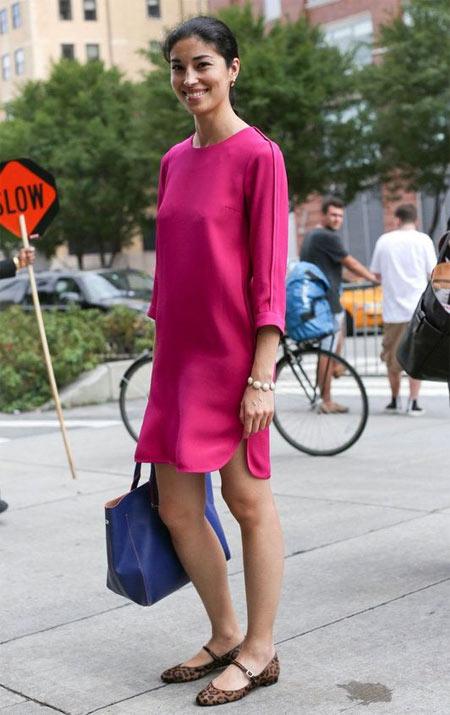 Каролайн Исса в платье цвета фуксии