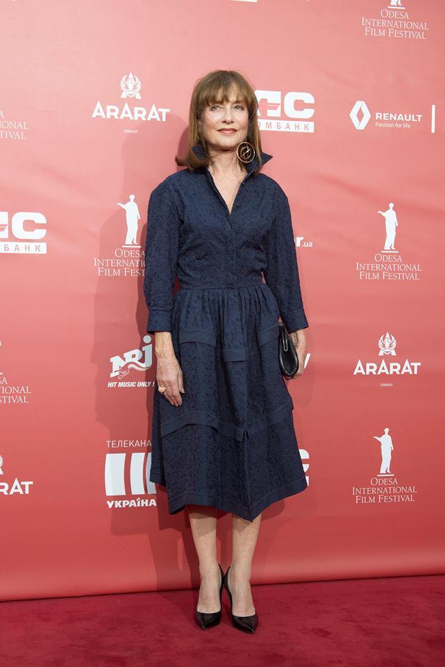 Изабель Юппер в темно-синем платье