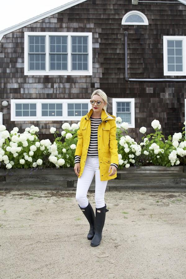 Как носить белые джинсы осенью