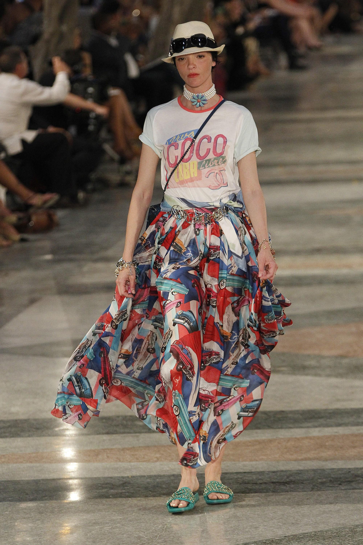 Попробуйте наряд для пикника от Chanel: длинная юбка и футболка