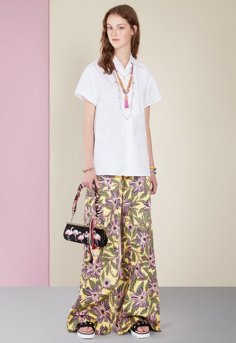 Широкие брюки и блузка дадут вам полную свободу на пикнике. Модель Red Valentino
